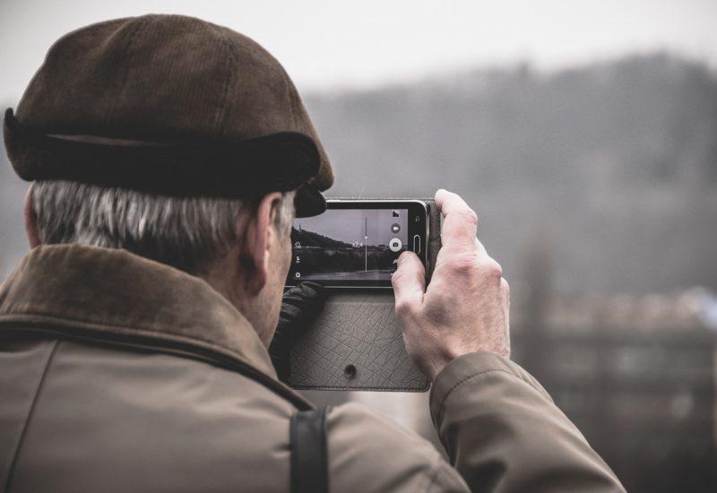Persona mayor sacando una fotografía