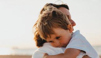 7 beneficios de un abrazo para tu hijo y para ti según la ciencia