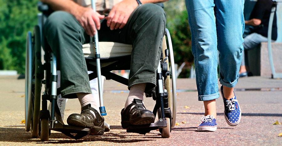 Cuidar a una persona con silla de ruedas