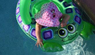Ir a la piscina con bebés de forma segura