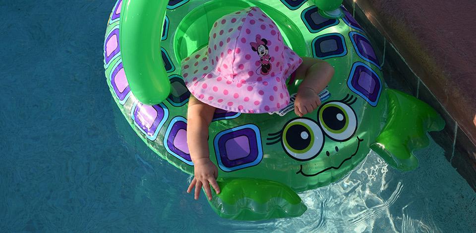 En la piscina de forma segura con bebés
