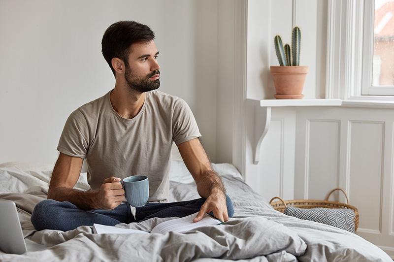 Hombre leyendo un libro en la cama