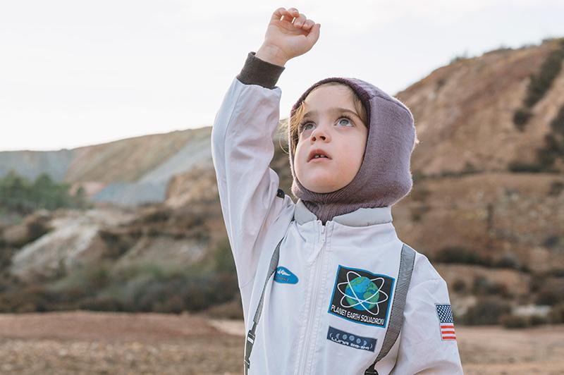 Niña vestida de astronauta